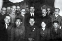 Директор Крымского мединститута С. Р. Татевосов с преподавателями. Кзыл-Орда, 1943 г.
