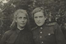 Справа – Н. И. Селиванова, помощник начальника строевого отдела штаба 5-го гвардейского Донского казачьего кавалерийского корпуса. 1943 г.