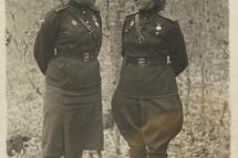 Справа – Н. И. Селиванова. Украина, май 1944 г.